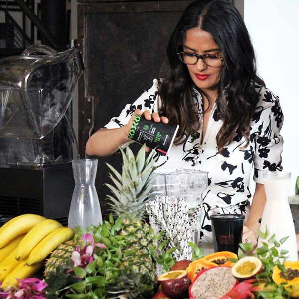You can drink or wear Salma Hayek's new beauty smoothie range (фото 1)