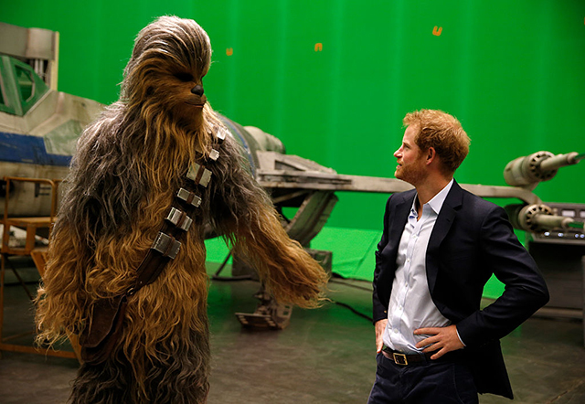 Prince Harry and Prince William geek out on set of Star Wars (фото 1)