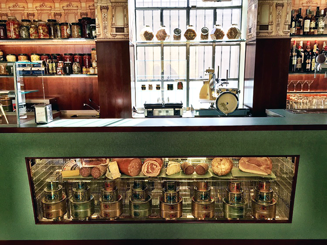 From directing to design: have you seen Wes Anderson's unbelievable bar? (фото 5)