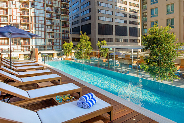 Start summer right with free yoga at a stunning rooftop pool (фото 1)