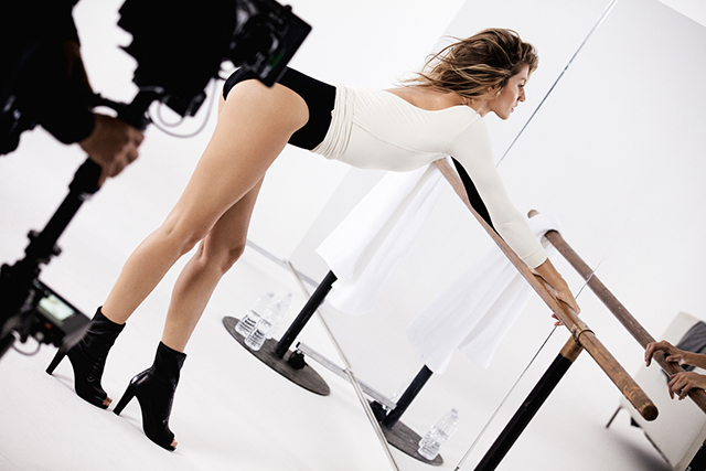 Dance class: Gisele gets her pins out for Stuart Weitzman (фото 1)