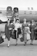 Christian Dior models arriving in Australia for the presentation of the autumn−winter 1957 haute couture collection, Christian Dior's last collection, at Myer Mural Hallin Australia, November 1957 All rights reserved