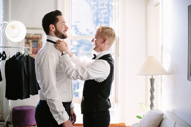 The groom has a little help from a friend (image: @alexisohanian)