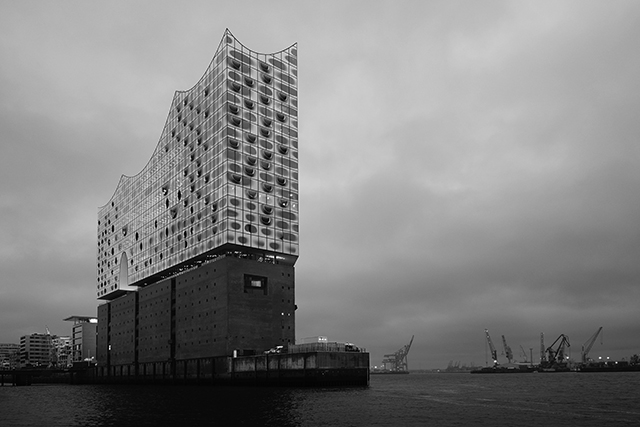 Hosted at the the Elbphilharmonie in Hamburg, Karl Lagerfeld sailed home to present the new CHANEL Métiers d'art collection. Inaugurated at the beginning of this year, the Elbphilharmonie sits by the river in the city's industrial port. The modern architectural design fuses the past with the present and future.