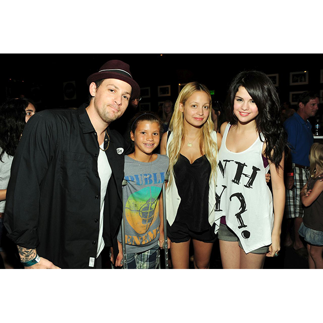 Just for fun, here's a really old pic of Sofia, Joel, Nicole and her new arch nemesis Selena Gomez. Sofia is only 17 now, so she's pretty young here.