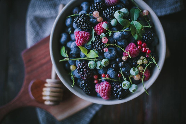 Berries Low in sugar and high in antioxidants. Berries are great for the skin. Add them to your smoothies.
