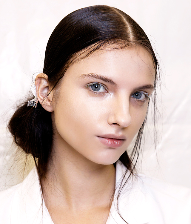 Flash bulb skin: how to get the strobing trend right